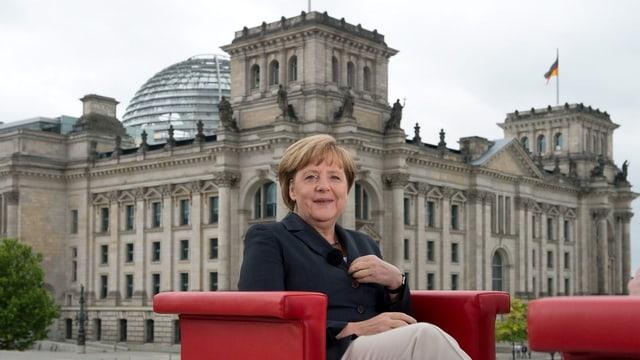 Bundeskanzlerin Angela Merkel vor dem Reichstag.