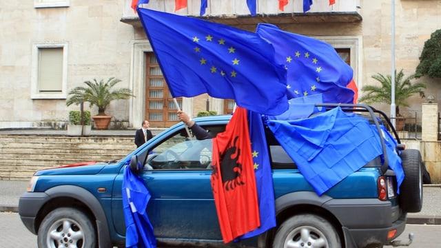 Albaner feiern.