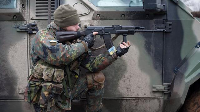 Soldat mit Gewehr im Anschlag