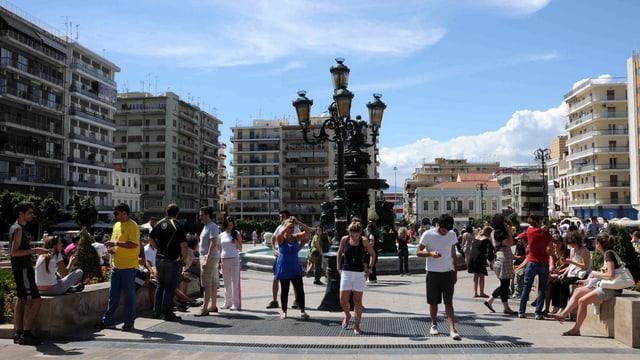 Menschen auf einem Platz in Patras