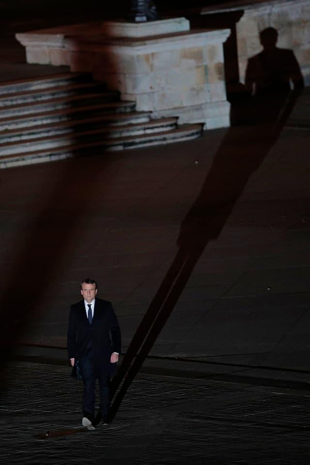 Macron bei seinem symbolischen Gang auf dem Vorplatz des Louvres.