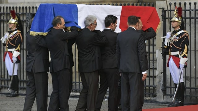 Vaschi da Chirac vegn purtà en la catedrala.