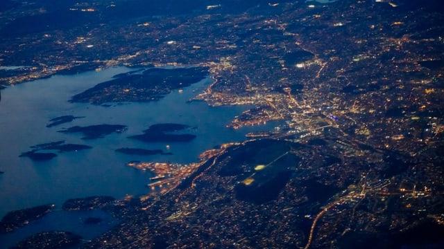 Blick auf die abendliche Bucht von Oslo aus dem Flugzeug.