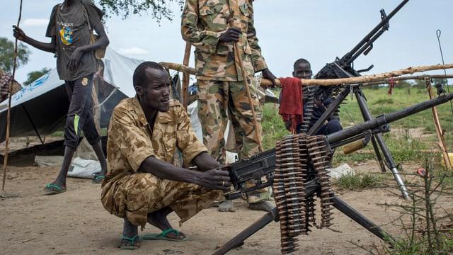 Bewaffnete Kämpfer mit Gewehren