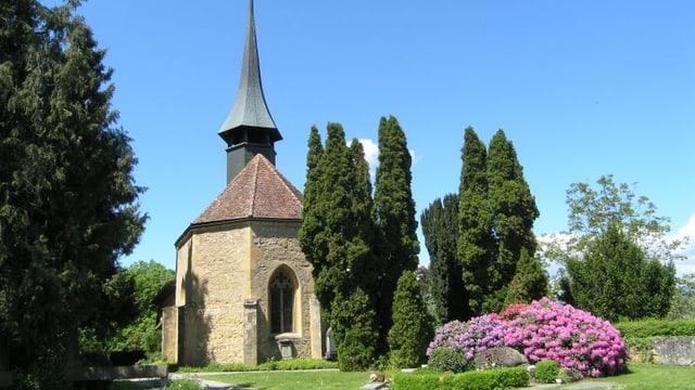 Kirche mit Glockenturm an einem strahlenden Sommertag.