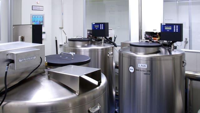 Silbertanks in einem Labor bei kaltem Licht.