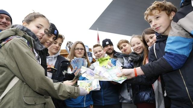 Eine Gruppe Schüler spendet auf dem Europaplatz in Luzern für Jeder Rappen zählt