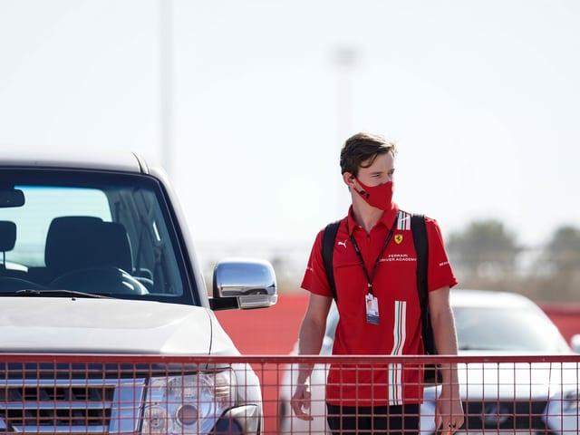 Callum Ilott bei der Ankunft auf dem Parkplatz.