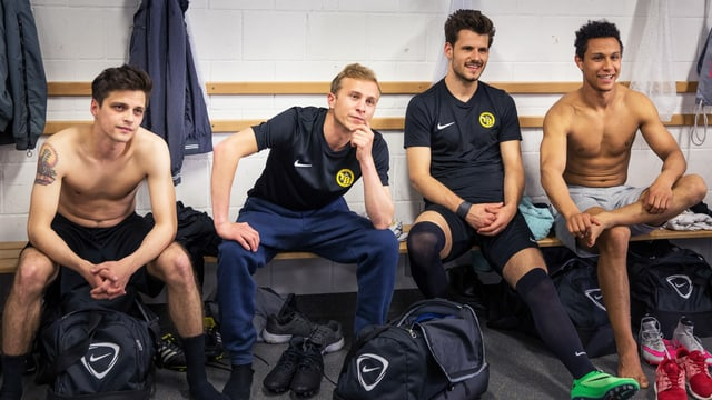 Vier Fussballer in der Umkleidkabine.