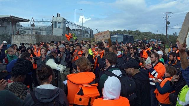 In'acziun da protest da voluntaris e sustegniders davant il champ a Moria, ils 24 da mars 2016.