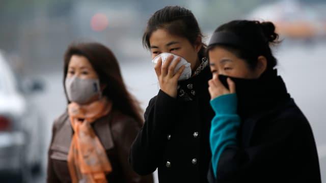 Chinesinnen mit Atemschutzmasken