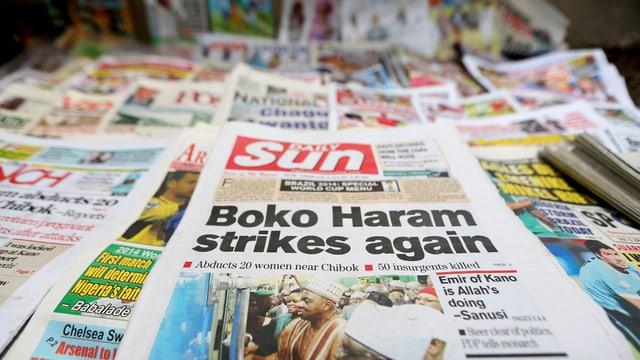 Zeitung «The Sun» mit Boko Haram als Schlagzeile, dahinter andere Zeitungen.