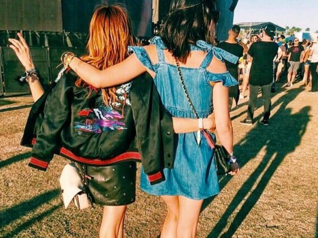 Girls am Festival mit Jacke