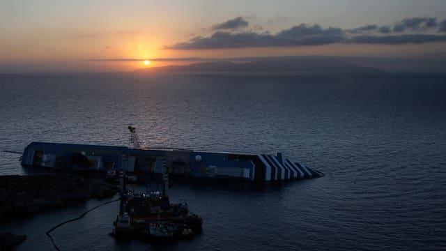 Die Costa Concordia vor der Küste Giglios