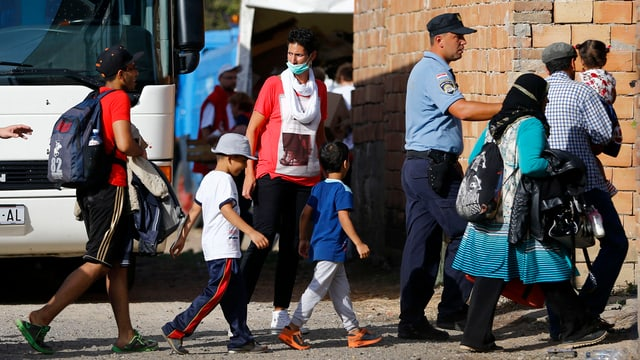 Migrants èn sin via al biro da registraziun datiers da Novarnik en la Croazia da l'ost.