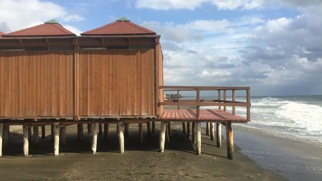 Die Kabinen auf Stelzen stehen direkt am Meeressaum.