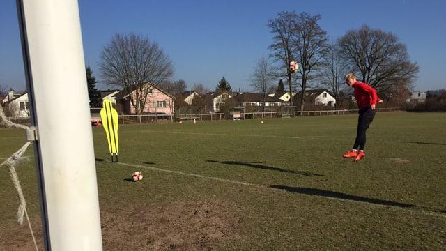 Ein Fussballer trainiert auf einem Platz
