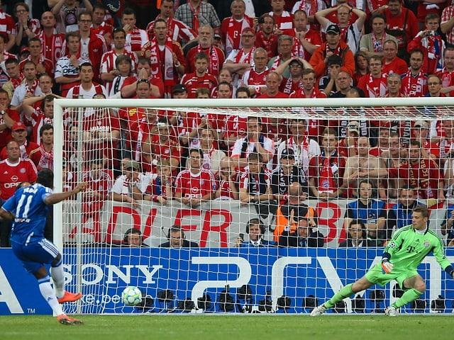 Didier Drogba versenkt den entscheidenden Elfmeter vor den Augen der Bayern-Fans.