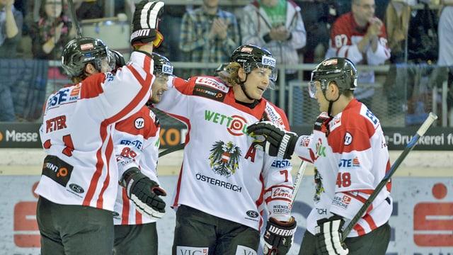 Vier jubelnde Österreicher