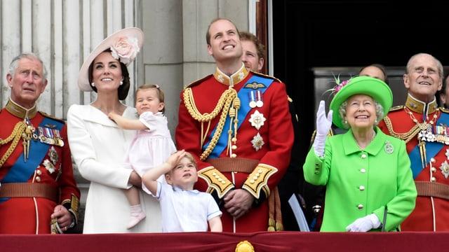 Prinz Charles, Herzogin Kate, Prinzessin Charlotte, Prinz George, Prinz William, die Hälfte von Prinz Harry, Geburtstagskind Queen und Prinz Philip