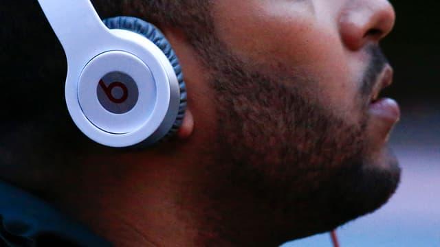 Ein Mann trägt Beats-Kopfhörer