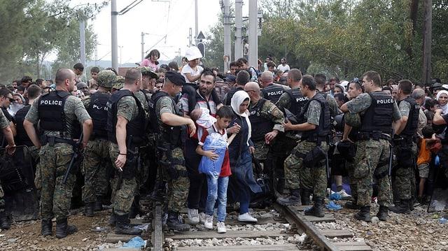 Policists da la Macedonia laschan entrar ils fugitivs cun famiglias.