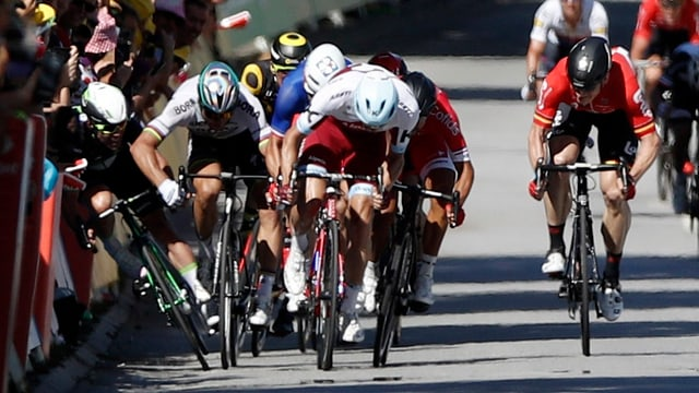 Purtret da Sagan che stauscha Cavendish en la barricada.