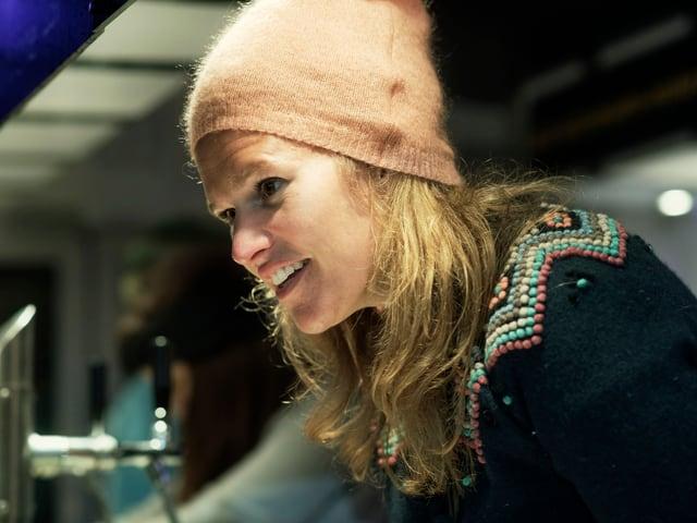 Kathrin Hönegger bedient an der Promi-Bar