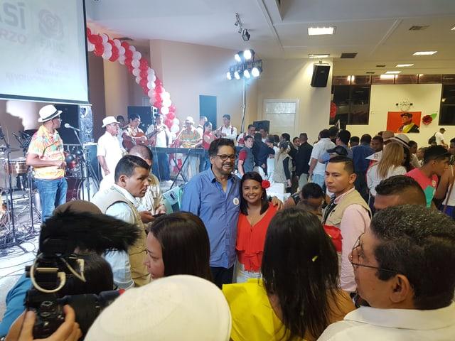 Ivan Marquez umarmt Sympathisantin und posiert dabei für ein Foto.
