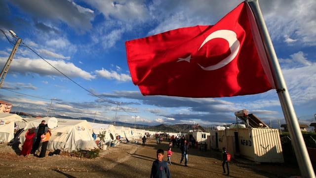 Türkische Flagge weht über einem Flüchtlingscamp im Süden des Landes