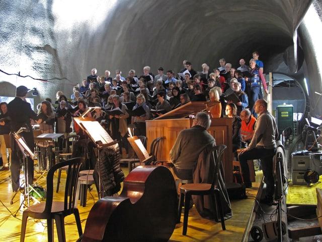 90 Leute in einem Tunnel.