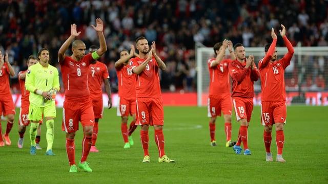 Die Nati-Spieler verabschieden sich im Wembley-Stadion von den mitgereisten Fans.