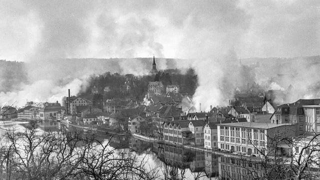 Rauchsaulen über der Stadt Schaffhausen.