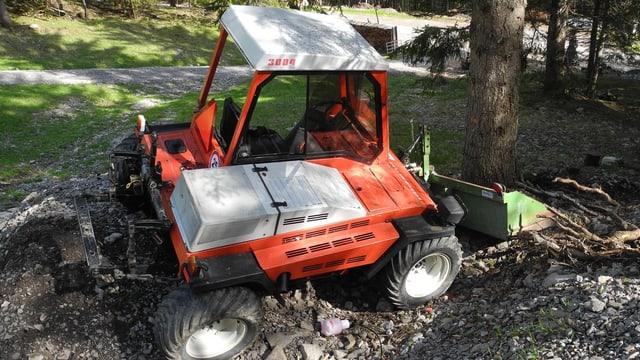 Der rote Traktor kam zum Stillstand, nachdem er gegen einen Baum geprallt war.