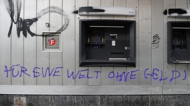 Beschädigter Bankomat nach den Ausschreitungen am 2./3. März.