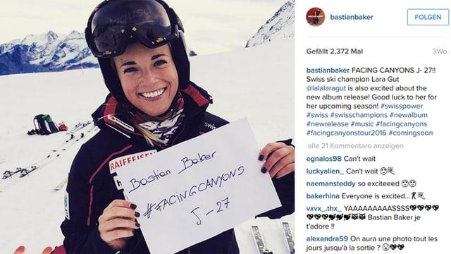 """Portrait Lara Gut. Sie hält ein A4-Blatt in der Hand mit der Aufschrift: """"Bastian Baker # facingcanyons J-27"""""""