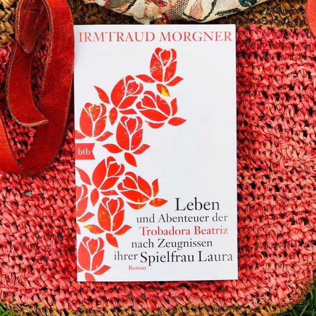 Der Schelmenroman «Leben und Abenteuer der Trobadora Beatriz nach Zeugnissen ihrer Spielfrau Laura» von Irmtraud Morgner liegt auf einer Beuteltasche