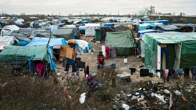 Die Menschen in Calais hausen in einfachsten Zelten und Hütten.