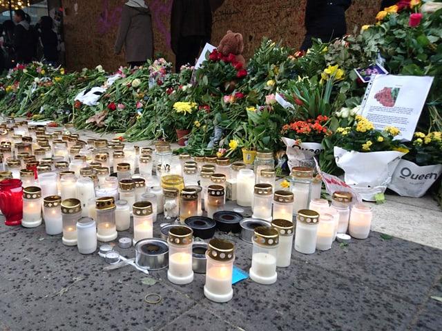 Kerzen und Blumen am Tatort