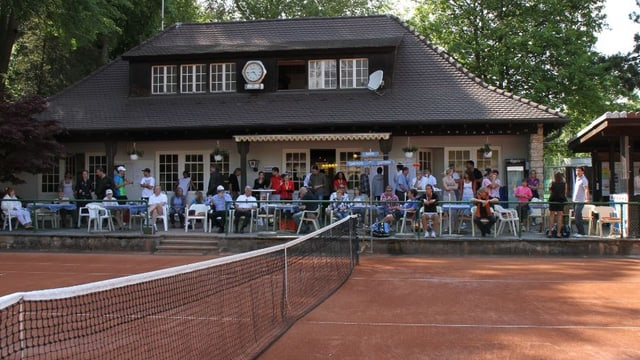 Clubhaus mit Tennisplätzen