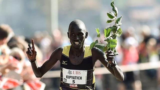 Ein Läufer mit einem Lindenzweig in der Hand.