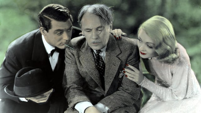 Ein Mann und eine Frau reden mit einem älteren Herrn.