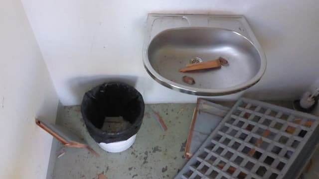 Las tualettas publicas èn vegnidas demolidas, qua il lavandin.