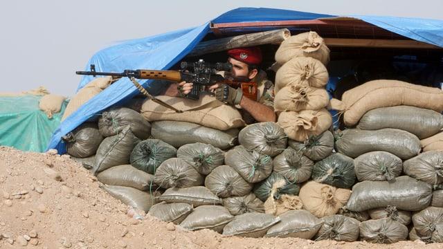Kurdischer Peshmerga-Kämpfer in einer Stellung bei Mossul