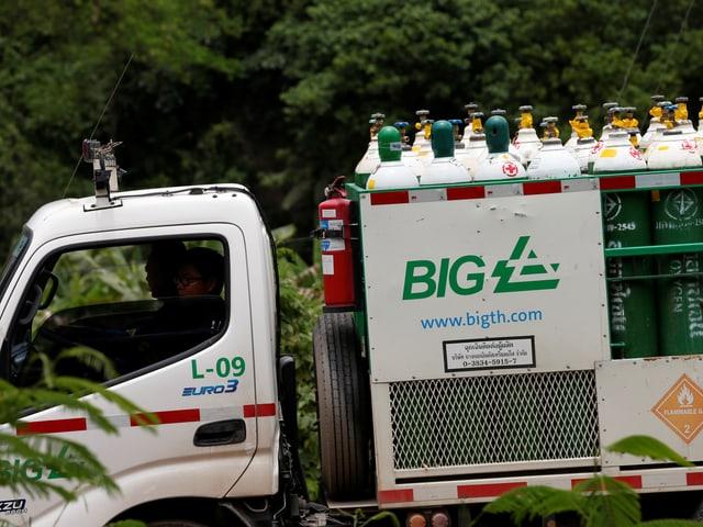 Lastwagen mit Sauerstoffflaschen.