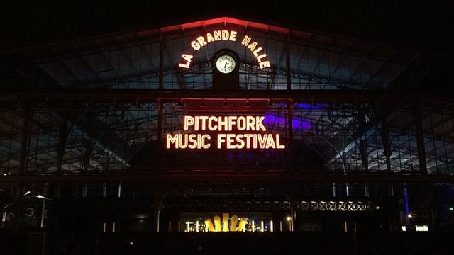 Leuchtschriften in der Nacht, die Pitchfork Music Festival zeigen