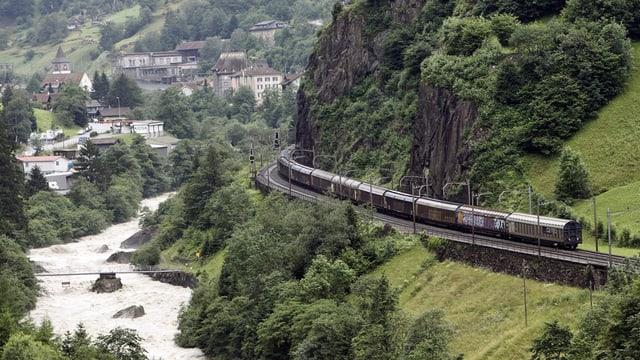 Ein Zug unterwegs auf der Gotthardbergstrecke