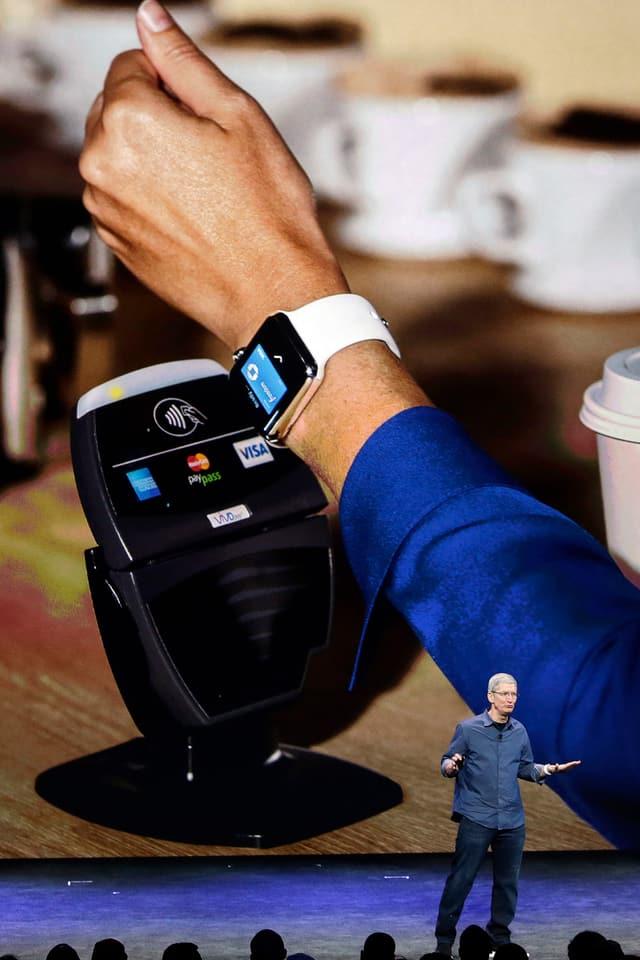 Tim Cook zeigt, wie man mit der Apple Watch bezahlen kann.