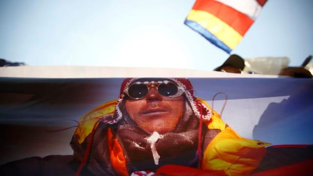 Das Porträt eines verstorbenen Bergführers auf einem Wagen während des Begräbnisses.