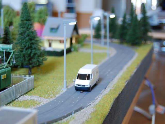 Demonstration am Modell: Dort, wo ein Fahrzeug unterwegs ist, beginnen die Strassenlampen zu leuchten.